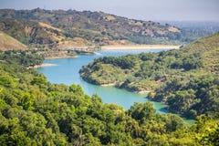 Flyg- sikt av Stevens Creek Reservoir arkivfoto