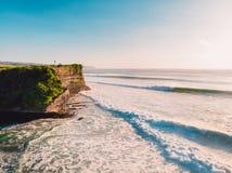 Flyg- sikt av stora vågor på solnedgången Störst stormiga vågor i Bali och kustlinje royaltyfria foton