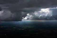 Flyg- sikt av stormmoln ovanför jordbruksmark Arkivbild