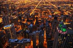 Flyg- sikt av storstaden på natten Arkivfoton