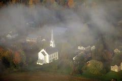 Flyg- sikt av Stowe, VT i höst på scenisk rutt 100, till och med dimma Arkivfoto