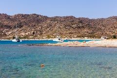Flyg- sikt av stränderna av den grekiska ön av Ios-ön, Cyclades Arkivbild