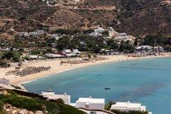 Flyg- sikt av stränderna av den grekiska ön av Ios-ön, Cyclades Royaltyfria Bilder