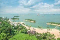 Flyg- sikt av stranden i den Sentosa ön, Singapore arkivbild