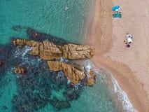 Flyg- sikt av stranden med klippan och havet i Costa Brava royaltyfri fotografi