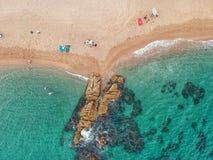 Flyg- sikt av stranden och havet i Costa Brava royaltyfri fotografi