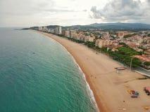 Flyg- sikt av stranden och havet i Costa Brava arkivfoton