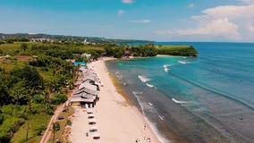 Flyg- sikt av stranden och klippan stock video