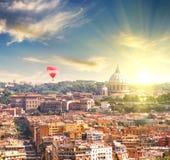 Flyg- sikt av Sts Peter domkyrka i Rome, Italien på vårsolnedgången Arkivfoto