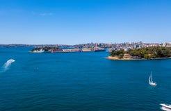 Flyg- sikt av Sydney Harbour med fartyg Royaltyfri Foto
