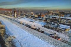 Flyg- sikt av is-täckt port för havskanallast av helgonet Petersb royaltyfria foton