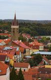 Flyg- sikt av tak för röd tegelplatta i Telc Klockatorn i historisk mitt av Telc En plats för UNESCO-världsarv arkivbild