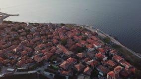 Flyg- sikt av tak gamla Nessebar, forntida stad på den Black Sea kusten av Bulgarien lager videofilmer