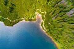 Flyg- sikt av Tatra berg sjön royaltyfria bilder