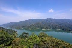 Flyg- sikt av Temengor sjön i kungliga Belum Arkivfoton