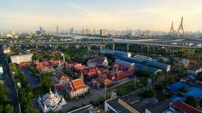 Flyg- sikt av templet och bhumibolbron i bangkok Thailand Arkivfoto