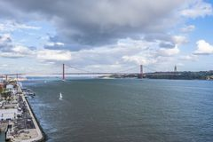 Flyg- sikt av 25th den April bron i Lissabon arkivbilder