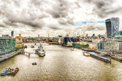 Flyg- sikt av Thameset River från tornbron, London Arkivfoto