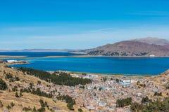 Flyg- sikt av Titicaca sjön i peruanska Anderna Puno Peru arkivbild