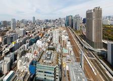 Flyg- sikt av Tokyo som är i stadens centrum med en härlig stadshorisont av höga löneförhöjningskyskrapor Fotografering för Bildbyråer