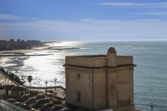 Flyg- sikt av Torre del Sagrario in mot fjärden av Cadiz arkivfoton