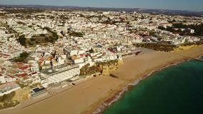 Flyg- sikt av touristic Albufeira, Algarve, Portugal stock video