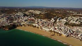 Flyg- sikt av touristic Albufeira, Algarve, Portugal lager videofilmer