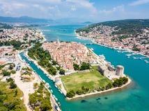 Flyg- sikt av touristic gamla Trogir, den historiska staden p? en liten ? och hamn p? den Adriatiska havet kusten i Dela-Dalmatia arkivfoto