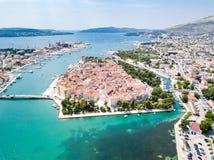 Flyg- sikt av touristic gamla Trogir, den historiska staden p? en liten ? och hamn p? den Adriatiska havet kusten i Dela-Dalmatia arkivbilder