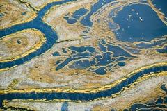 Flyg- sikt av träsk, våtmarkabstraktion av salt och havsvatten och Rachel Carson Wildlife Sanctuary i brunnar, Maine royaltyfria bilder