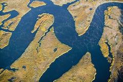 Flyg- sikt av träsk, våtmarkabstraktion av salt och havsvatten och Rachel Carson Wildlife Sanctuary i brunnar, Maine Arkivbilder
