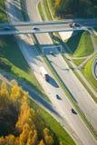 Flyg- sikt av trafik för huvudväg (motorway) i Vilnius royaltyfria foton