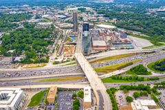 flyg- sikt av trafik och genomskärningen för atlanta midtownhuvudväg 85 royaltyfria bilder