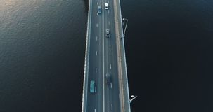 Flyg- sikt av trafik på bron arkivfilmer