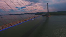 Flyg- sikt av trafik på bron, arkivfilmer