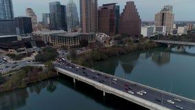 Flyg- sikt av trafik på gatabron för S 1st i Austin Texas stock video