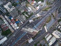 Flyg- sikt av trafikföreningspunkten och trans.vägen i stad, Royaltyfria Bilder