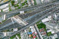 Flyg- sikt av trafikföreningspunkten och trans.vägen i stad, Royaltyfri Bild