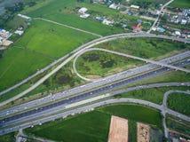 Flyg- sikt av trafikföreningspunkten och trans.vägen i stad, Arkivfoto