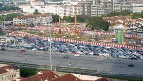 Flyg- sikt av trafikstockningen av medlen som passerar till och med stationen för vägavgift i Kuala Lumpur, Malaysia lager videofilmer