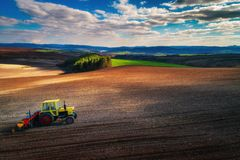 Flyg- sikt av traktorer som arbetar på skördfältet Arkivbilder
