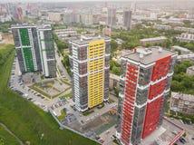 Flyg- sikt av tre högväxta skyskrapor av röda, gröna och gula färger royaltyfri fotografi