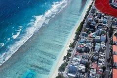 Flyg- sikt av tropiska Maldive den stadsbyggnader och stranden från se Royaltyfri Foto