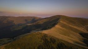 Flyg- sikt av ukrainska Carpathian berg royaltyfri bild