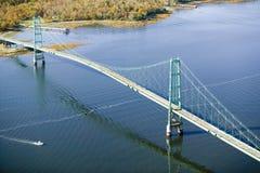 Flyg- sikt av upphängningbron nära Acadianationalparken, Maine Royaltyfri Foto