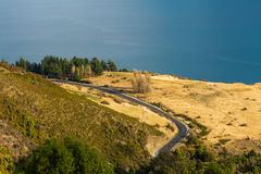 Flyg- sikt av vägen längs sjön Wakatipu Royaltyfri Fotografi