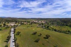 Flyg- sikt av vägen som leder till den historiska byn av Idanha en Velha i Portugal arkivbild