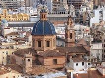 Flyg- sikt av Valecia, Spanien, med kyrkan av St Thomas (Iglesia Santo Tomas Apostol) i förgrund arkivfoto