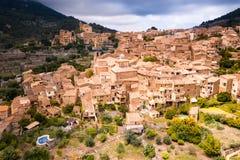 Flyg- sikt av Valldemossa i Mallorca arkivfoton