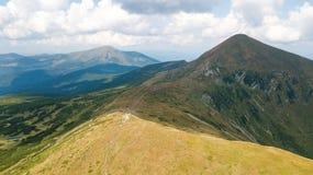 Flyg- sikt av vandringsledet i de Carpathian bergen Royaltyfri Foto